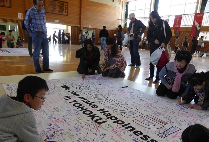 Cartaz em apoio à região de Tohoku (Foto: Rodrigo Faber)