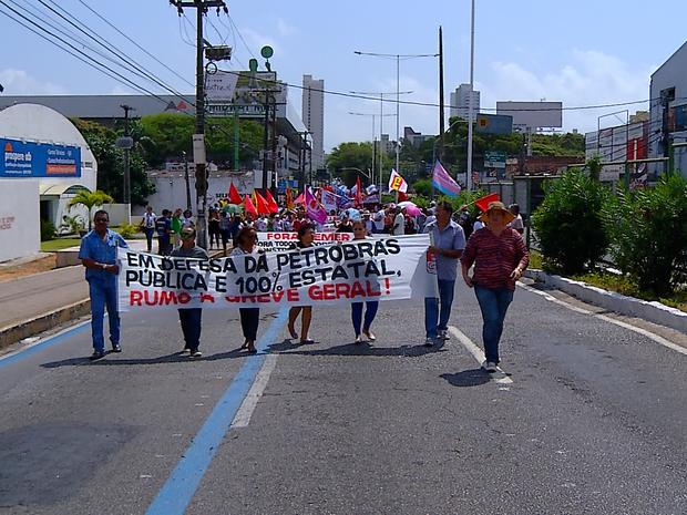 Grupo protesta contra a privatização da Petrobras (Foto: Clayton Carvalho/Inter TV Cabugi)