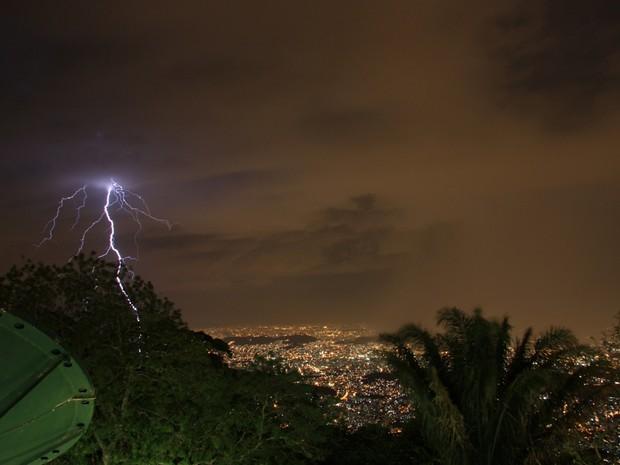 Temporal chegou pela Zona Oeste, com muitos raios e trovoadas (Foto: Marcos Teixeira Estrella/TV Globo)