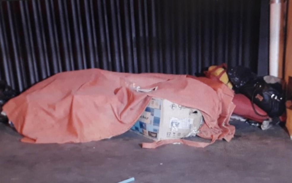 Vítima vivia com outros moradores de rua em Goiânia, Goiás (Foto: Reprodução/ TV Anhanguera)