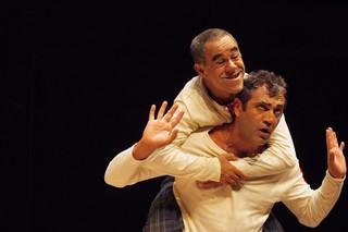 """Os atores Domingos Montagner (mãos para o alto) e Fernando Sampaio em cena da peça """"Mistero Buffo"""", no Centro Cultural Fiesp Ruth Cardoso, em São Paulo , em 2012 (Foto: Lenise Pinheiro/Folhapress)"""