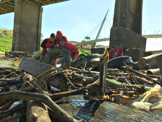 Soldados do Corpo de Bombeiros iniciaram ação de limpeza no Rio Acre, nesta quinta-feira (14) (Foto: Reprodução/Rede Amazônica Acre)