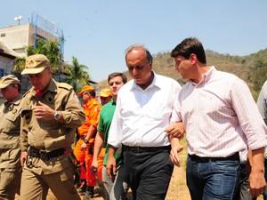 O governador Pezão e o deputado Bernardo Rossi participaram de reunião com os bombeiros de Petrópolis (Foto: Estela Siqueira)
