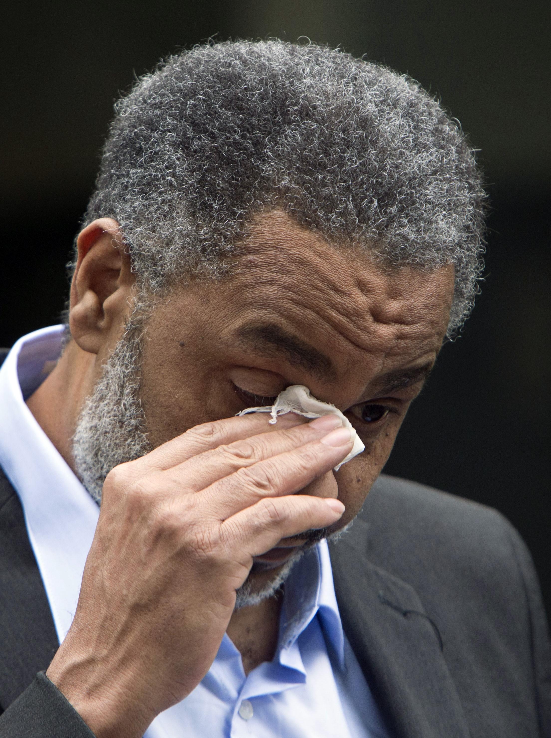 Anthony se emocionou depois que foi libertado da prisão  (Foto: Hal Yeager/AP)