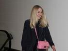 Dakota Fanning deixa maquiagem de lado e usa bolsa de grife para viajar