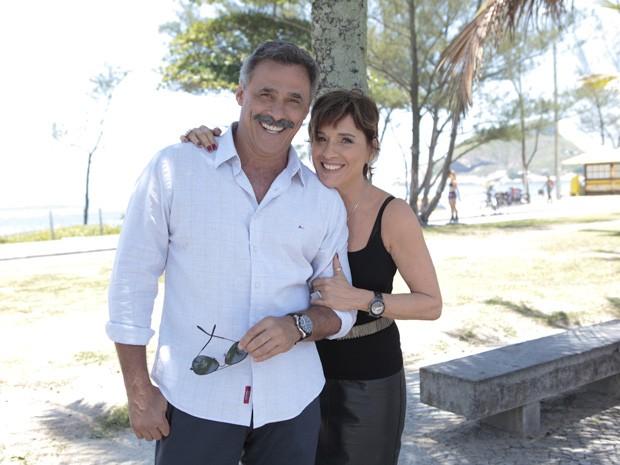Oscar Magrini e Natália do Vale gravaram na praia (Foto: Salve Jorge/TV Globo)