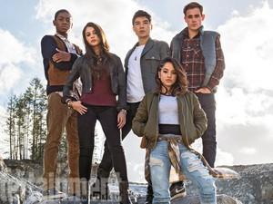 Becky G, RJ Cyler, Naomi Scott, Ludi Lin e Dacre Montgomery em foto dos novos 'Power Rangers' (Foto: Divulgação/EW)