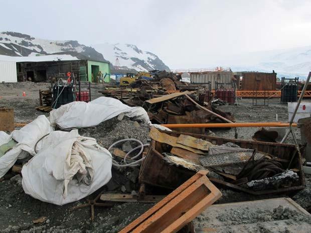 Destroços deixados pelo incêndio de fevereiro de 2012 ainda estão na Antártica (Foto: Eduardo Carvalho/G1)