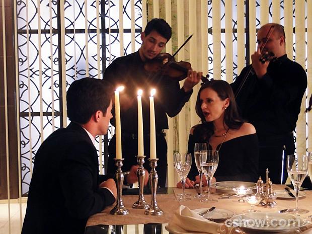Álvaro faz surpresa e pede Inês em casamento (Foto: Além do Horizonte/TV Globo)