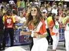 Izabel Goulart desfila na Sapucaí com sandálias menores que seus pés