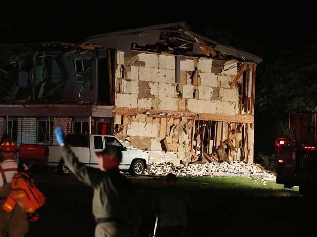Equipes de resgate trabalham perto de um complexo de apartamentos danificados. (Foto: Rod Aydelotte / Waco Tribune Herald / AP Photo)