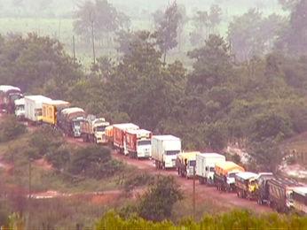 Bloqueio em rodovia já prejudica abastecimento na região (Foto: Reprodução/TVCA)