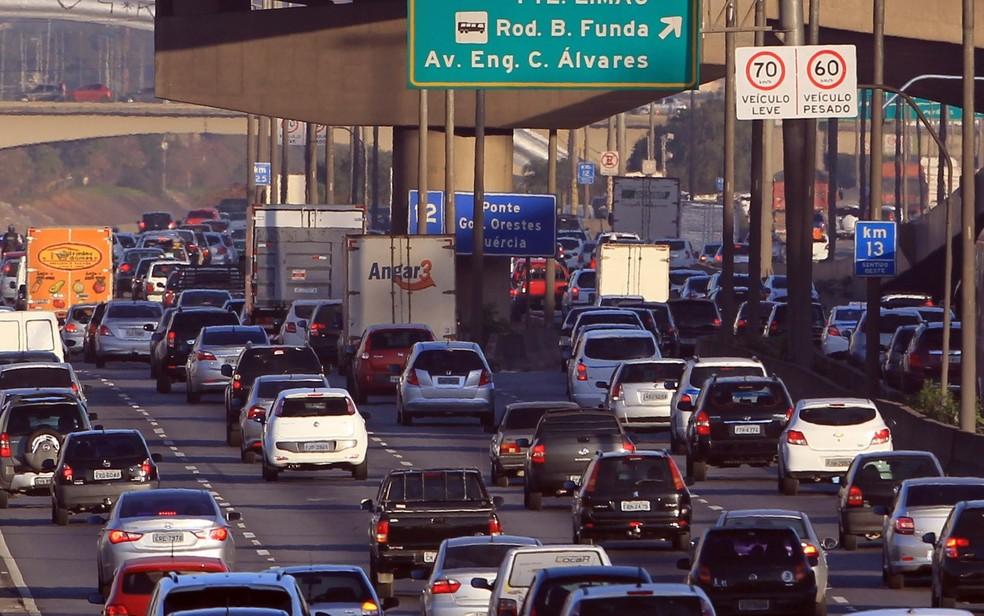 Veículos trafegam na Marginal Tietê, em São Paulo (Foto: Werther Santana/Estadão Conteúdo)