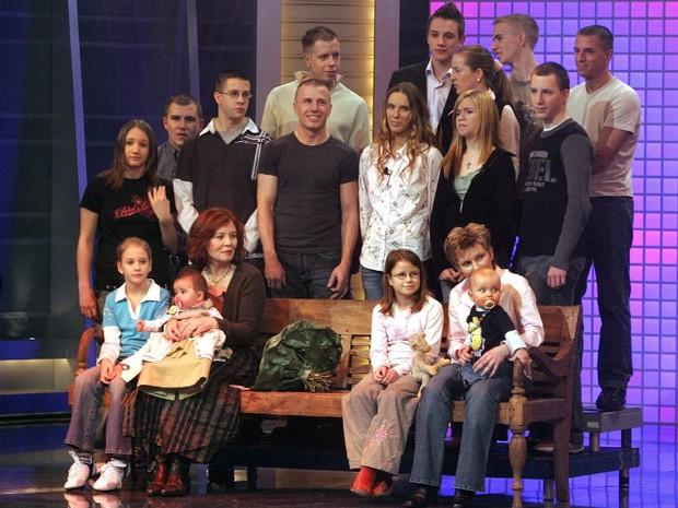 Foto de arquivo de alemã com seus filhos em um programa de TV, em 2005. (Foto: AFP PHOTO/DPA/JOERG CARSTENSEN)