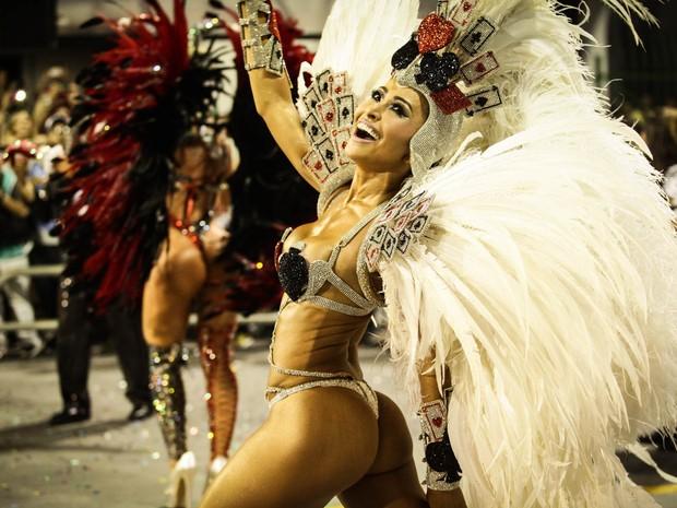 Sabrina Sato, madrinha de bateria da Gaviões da Fiel, desfila na avenida (Foto: Caio Kenji/G1)
