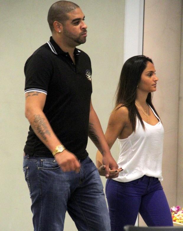 Adriano com a namorada em shopping do Rio (Foto: Marcus Pavão / AgNews)