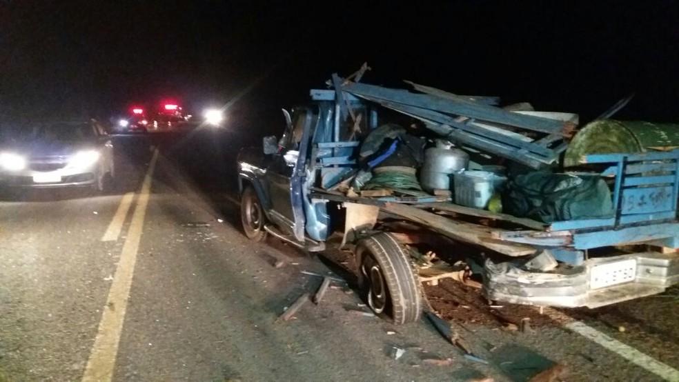 Veículo estava parado na rodovia (Foto: Jairo Santos/TV Anhanguera)