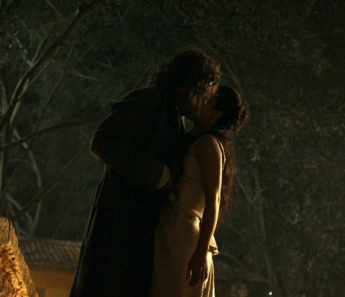Joaquina e Xavier se beijam em encontro no meio da noite (Foto: TV Globo)