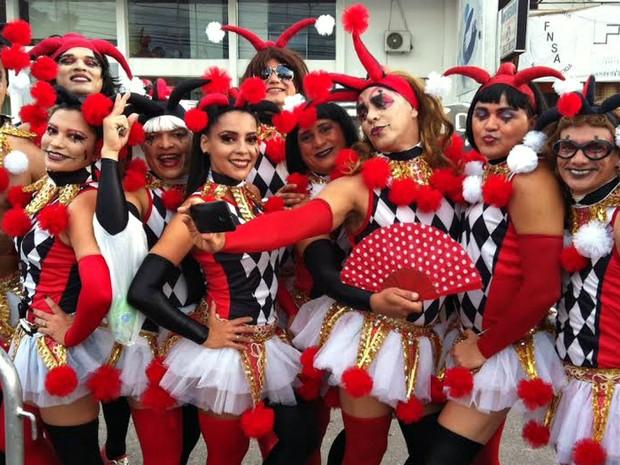 Irreverência marca o Bloco das Piranhas. Milhares de homens vão ao evento vestidos com trajes femininos. Festa ocorre no Sambódromo de Manaus.    (Foto: Gabriel Machado/G1 AM )