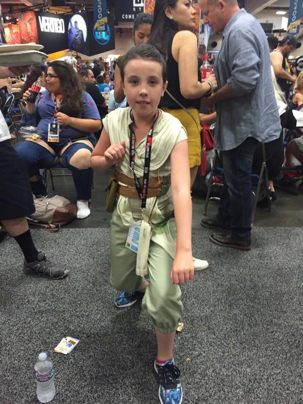 Menina fantasiada de Rey, do Star Wars, na Comic-Con (Foto: Casey Rackham / BuzzFeed)