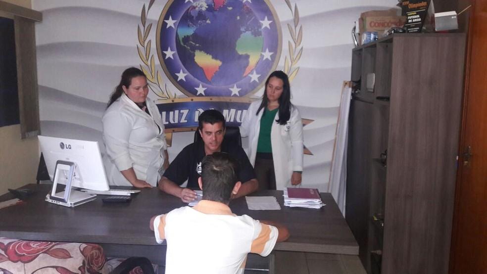 Adolescente com coordenador e enfermeiras da clínica em Bady Bassitt (Foto: Arquivo Pessoal)