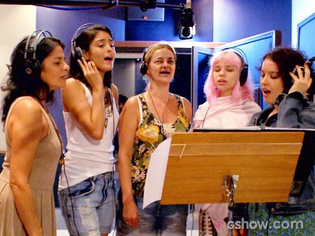 Elenco feminino solta a voz ao lado de Agnes Moço (Foto: Meu Pedacinho de Chão/TV Globo)
