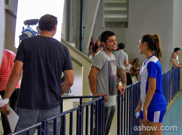 Sob a supervisão do diretor João Boltshauser, Bruno Gissoni e Bruna Marquezine ensaiam (Foto: Em Família/ TV Globo)