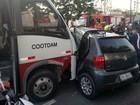 Mulher morre ao colidir carro contra micro-ônibus em Manaus