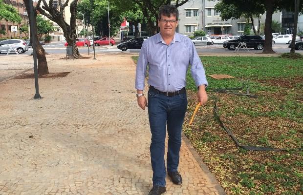 Robson parou de estacionar o carro na praça, mas acha que vale a pena, em Goiânia (Foto: Paula Resende/ G1)