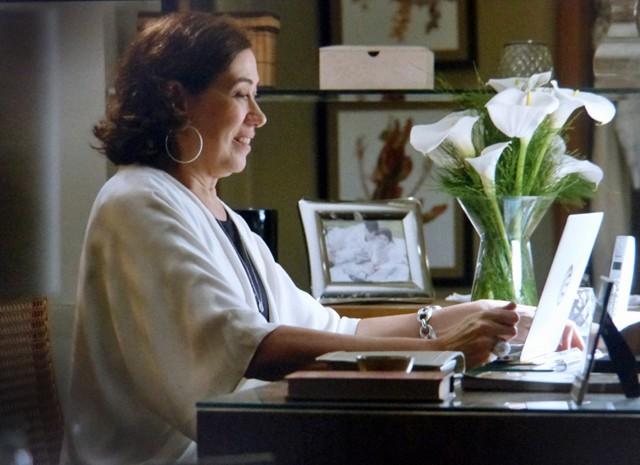 maria Marta fica toda feliz com o convite de Maurílio  (Foto: Império/TV Globo)