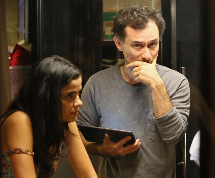 O diretor Enrique Diaz flagra a câmera do Gshow durante gravação (Foto: Isabella Pinheiro / Gshow)