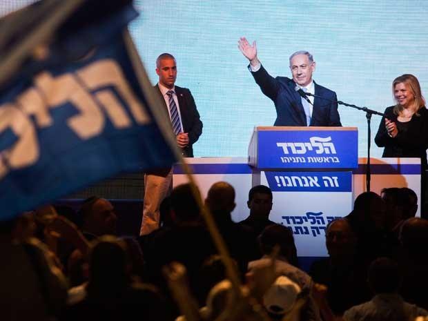 O primeiro-ministro israelense, Benjamin Netanyahu cumprimenta aliados na sede eleitoral do partido em Tel Aviv.  (Foto: Dan Balilty / AP Photo)