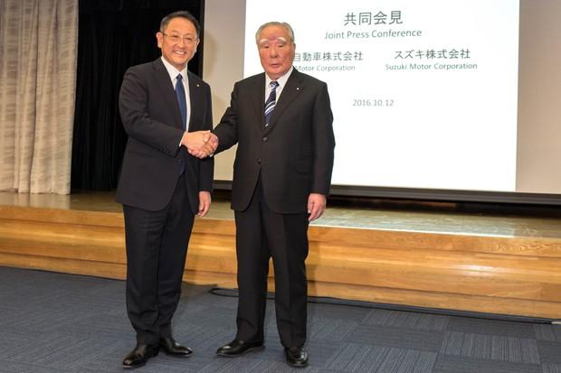 Akio Toyoda, presidente da Toyota (esquerda), e Osamu Suzuki, presidente da Suzuki (direita) (Foto: Divulgação)