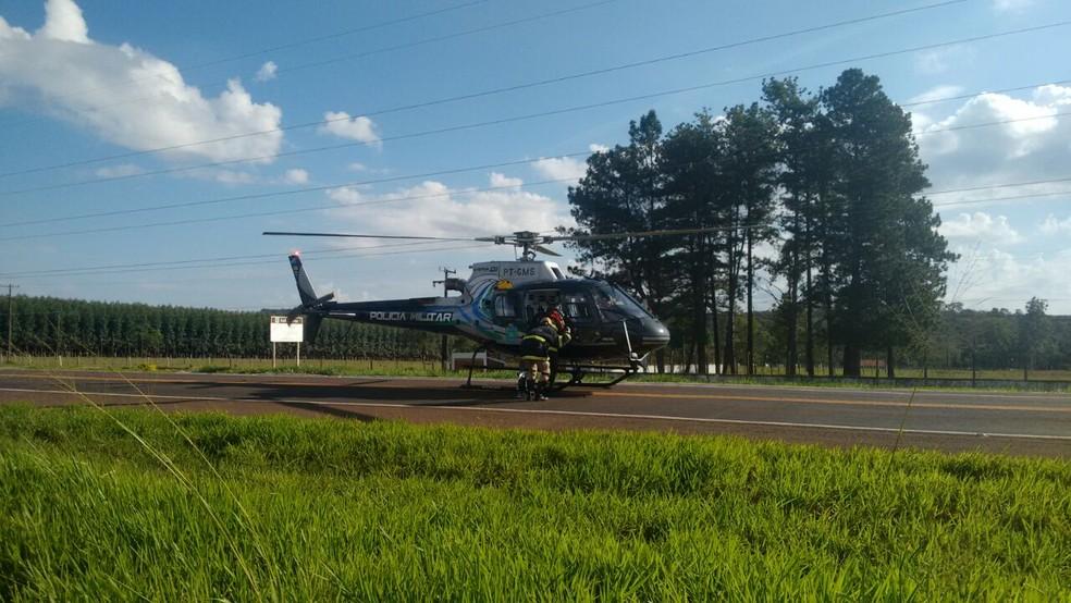 Helicóptero pousa em rodovia para levar desencarcerador ao local do acidente (Foto: Marcos Ribeiro/ G1 MS)
