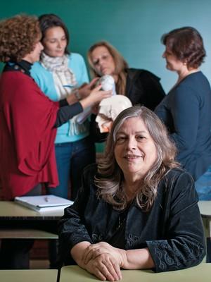 MENTE Elvira com professoras, numa aula sobre neurociência. Ela dá orientação em escolas particulares e redes municipais (Foto: Letícia Moreira/ÉPOCA)