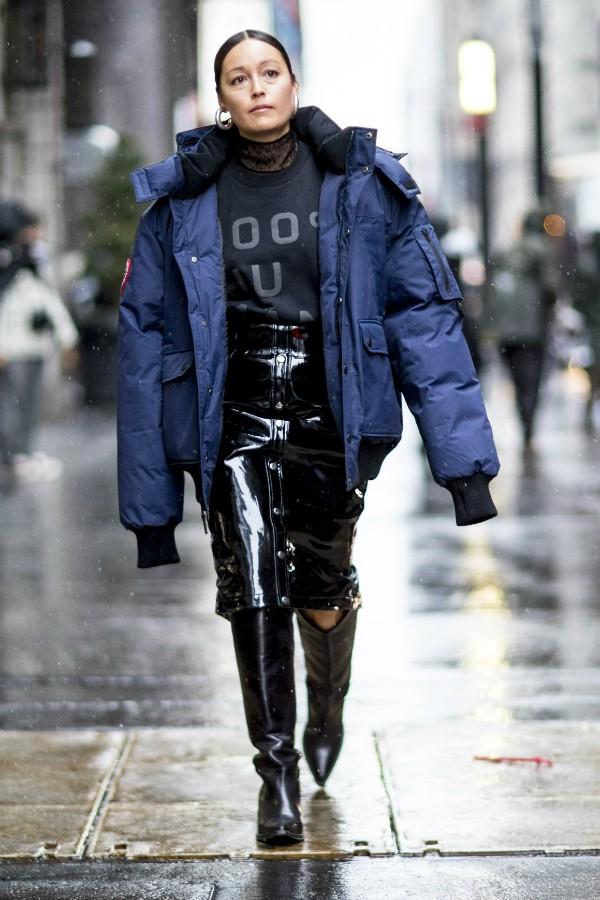 Misture a saia de vinil à jaqueta doudoune e deixe o look com pegada esportiva. (Foto: IMax Tree)