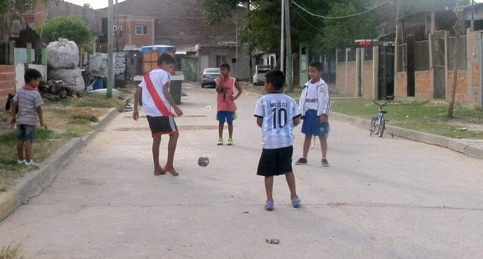 Crianças jogando bola Villa Luján especial Centurion (Foto: Marcelo Prado)