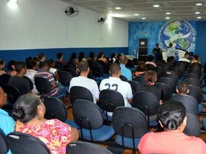 Avenida Raposo Tavares, em Piracicaba, abriga 20 igrejas e 2,5 quilômetros (Foto: Thomaz Fernandes/G1)