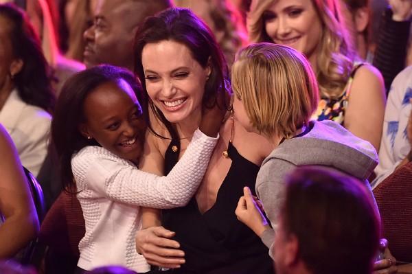 A atriz Angelina Jolie com duas de suas filhas (Foto: Getty Images)