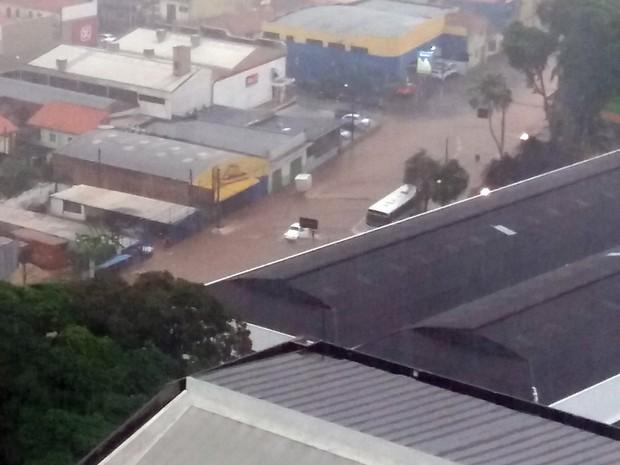 Avenida Armando de Salles Oliveira tomada pela enxurrada em Piracicaba (Foto: Hildeberto Jr./G1)
