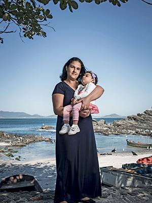 FIM DO ISOLAMENTO Aline Barbosa e a filha Maria Fernanda, de 2 anos. Com o remédio proibido, a menina passou a interagir (Foto: Stefano Martini/ÉPOCA)