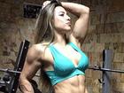 Ex-BBB Michelly mostra músculos e braço cheio de veias saltadas em foto