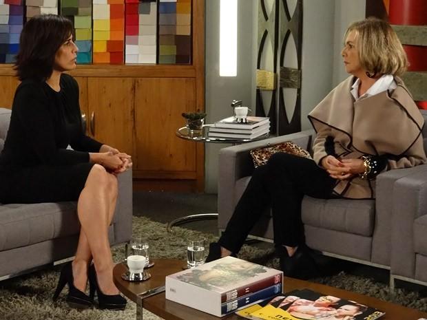 Charlô conta para Roberta que perdeu aposta (Foto: Guerra dos Sexos / TV Globo)