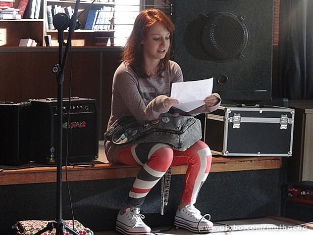 Giovana acha graça da nova letra de sua música (Foto: Malhação / TV Globo)