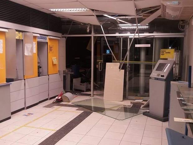Criminosos arrombaram caixa-forte e um caixa eletrônico no banco de Inajá na madrugada desta sexta-feira (12) (Foto: Divulgação/Puan Guerra)