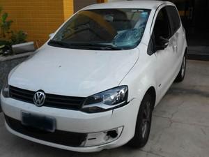 Carro da vítima foi encontrado danificado, a 3 km do crime (Foto: Felipe Silva/TV Rio Sul)
