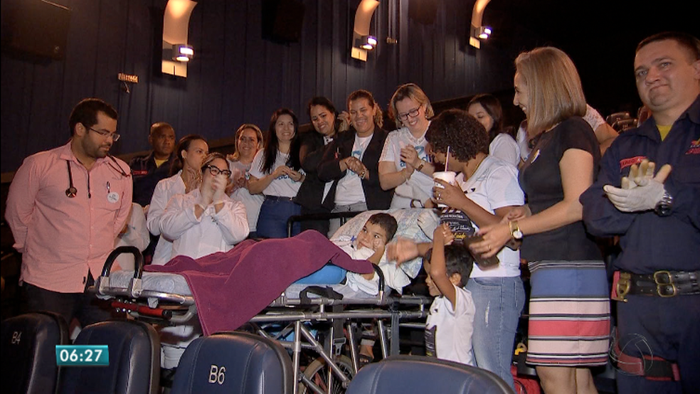 Família, médicos e equipe de home care acompanharam menino durante o cinema (Foto: Reprodução/TVCA)