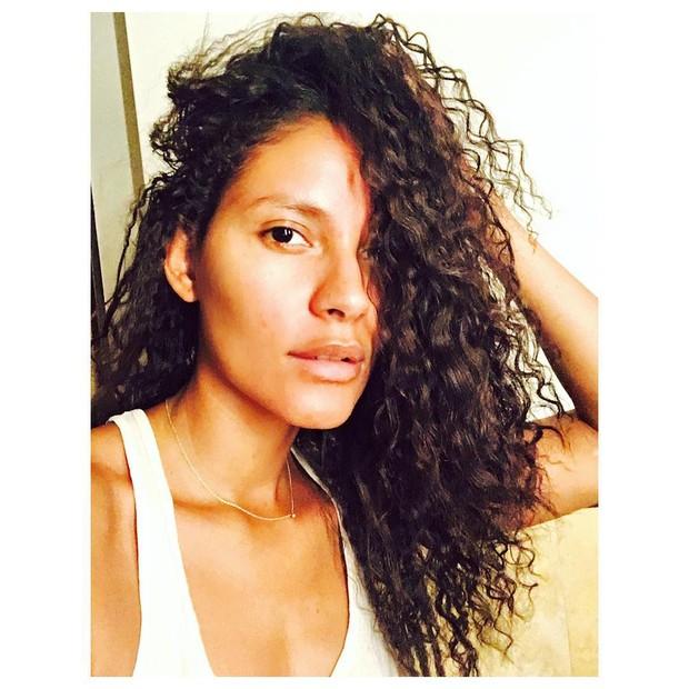 Emanuela De Paula mostra cabelos naturais e comemora cachos: Beleza negra (Foto: Reprodução do Instagram)