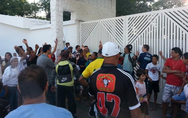 Torcida lado de fora treino Brasil (Foto: Marcelo Baltar)