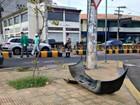 Carro colide com blocos de concreto e atrapalha tráfego em via de Manaus